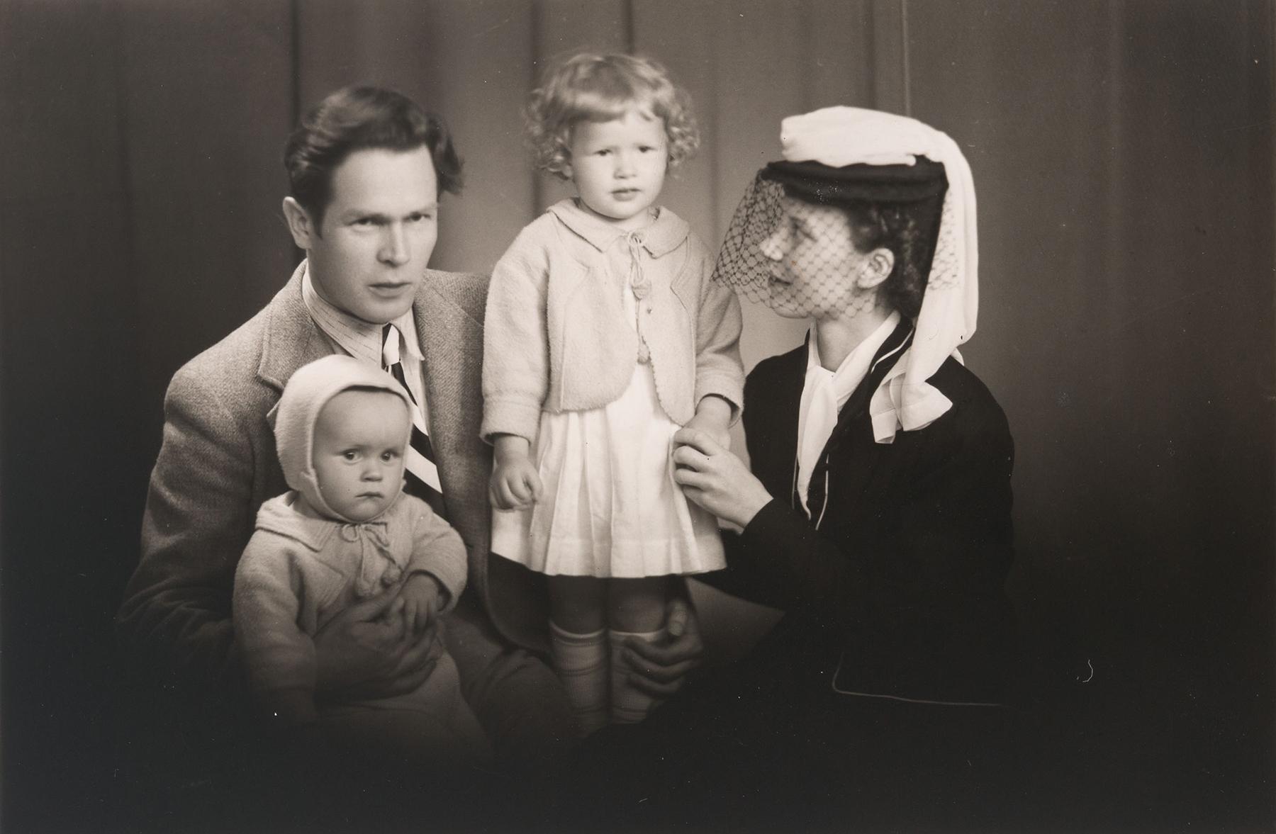 Juhani ja Anja Konkan perheestä, lapset Urho ja Anita. Kuva otettu arviolta vuonna 1945. SKS KIA, Juhani Konkan arkisto. CC BY 4.0