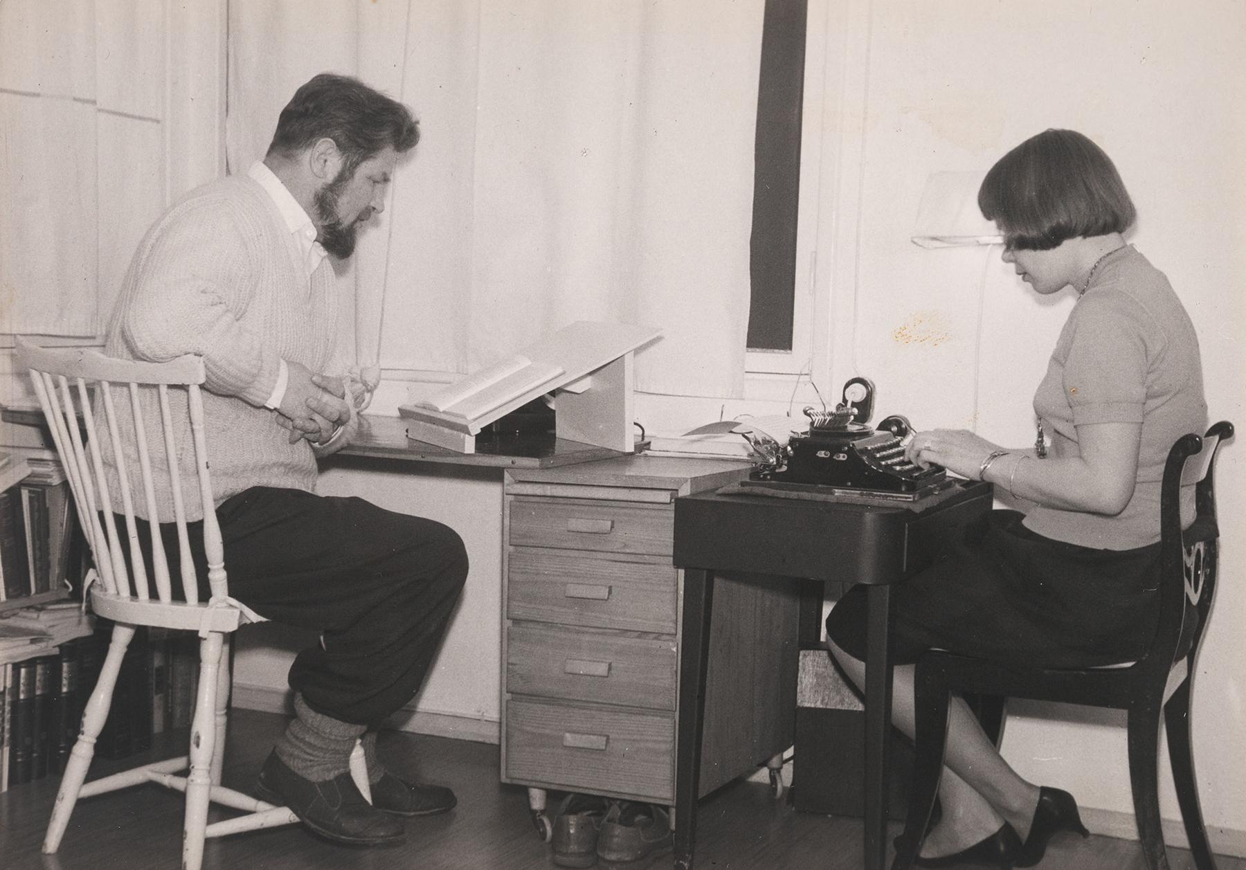 Juhani Konkka kääntää kirjaa venäjästä, jota sihteeri Margareta Granlund kirjoittaa koneella puhtaaksi. SKS KIA, Juhani Konkan arkisto. CC BY 4.0
