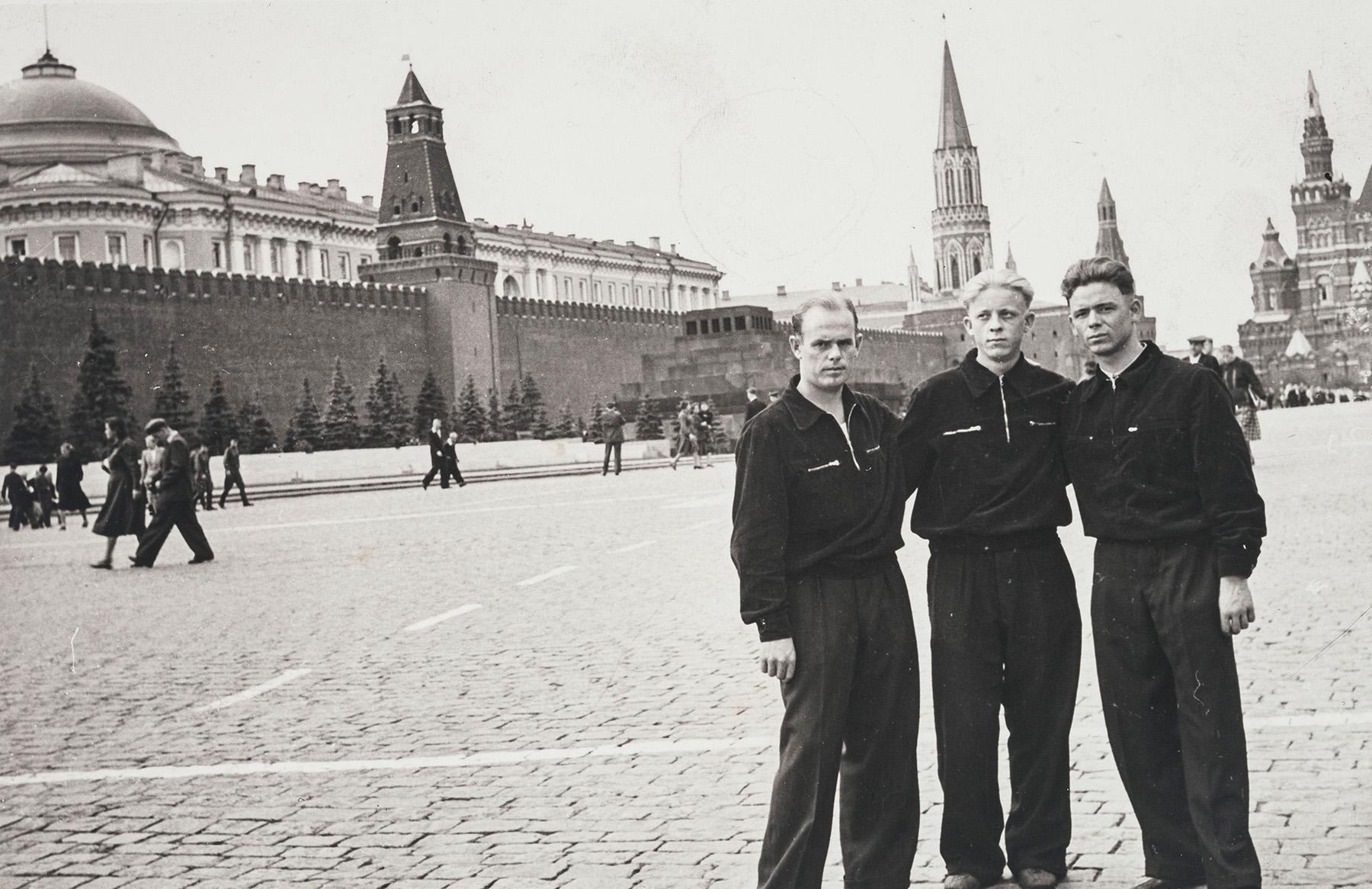 Albert Kirjanen, Viktor Stumpf ja Vihtori Tuhkanen Moskovan punaisella torilla vuonna 1958. SKS KIA, Albert Kirjasen arkisto. CC BY 4.0