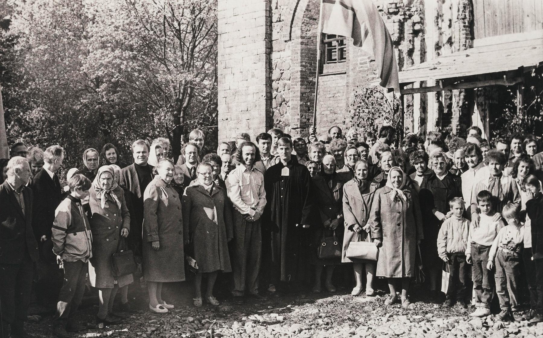 Väkeä Kupanitsan kirkon edessä, vasemmassa reunassa pappi Arvo Survo. SKS KIA, Albert Kirjasen arkisto. CC BY 4.0