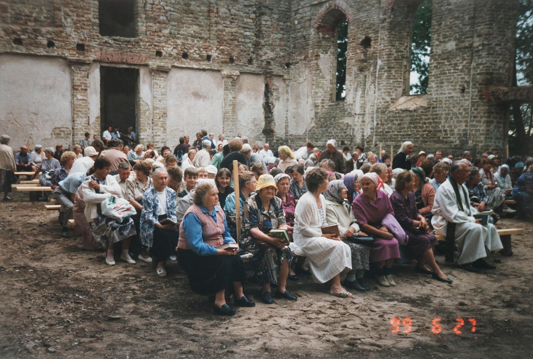 Jumalanpalvelus Skuoritsan rauniokirkossa juhannuspäivänä 27.6.1999. Kirkkoa kunnostettiin vuosien 1998–2004 aikana. SKS KIA, Albert Kirjasen arkisto. CC BY 4.0
