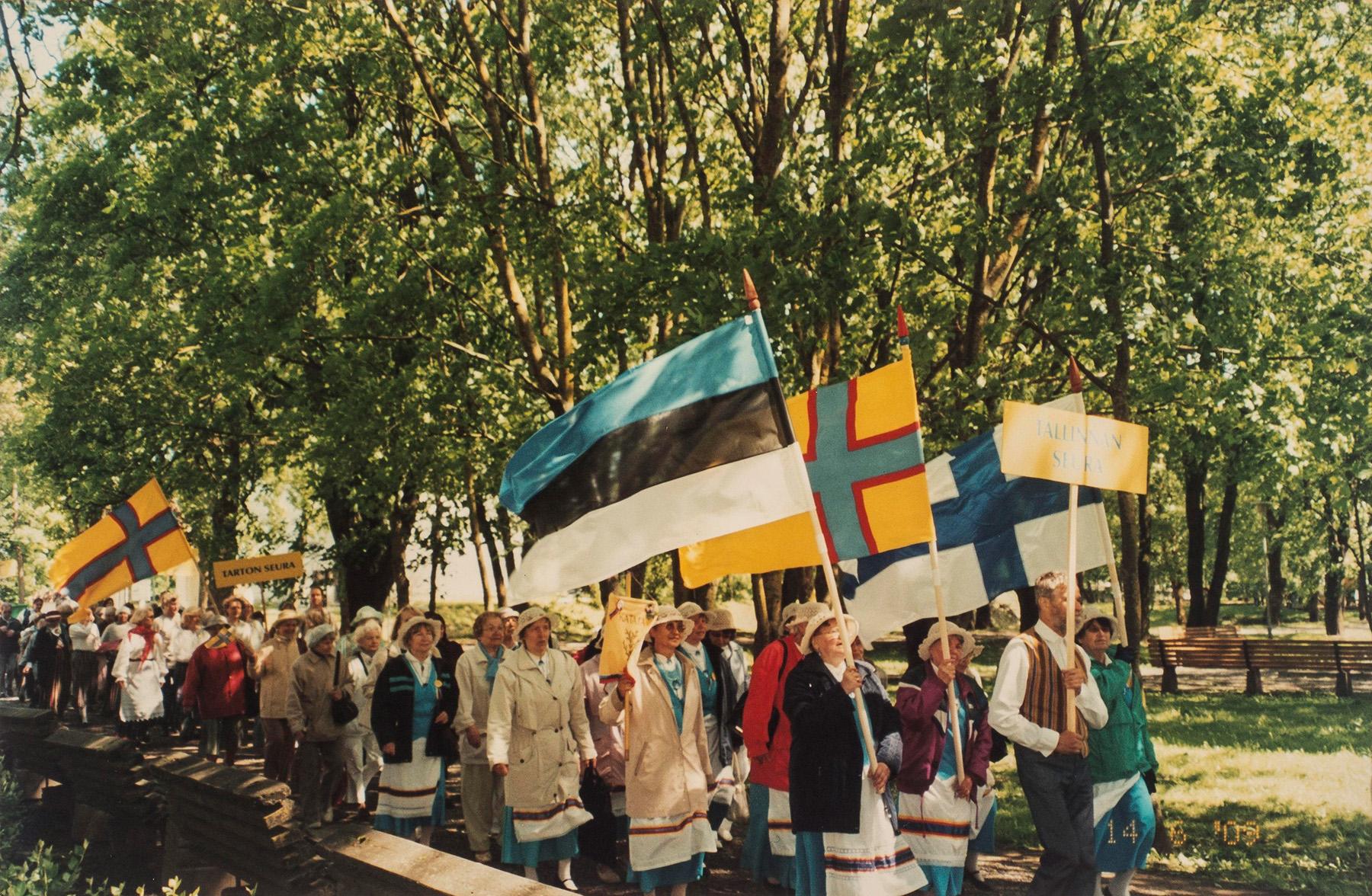 Lippukulukue Viron inkerinsuomalaisten XIX laulu- ja tanhujuhlilta Jõhvistä vuodelta 2009. SKS KIA, Albert Kirjasen arkisto. CC BY 4.0