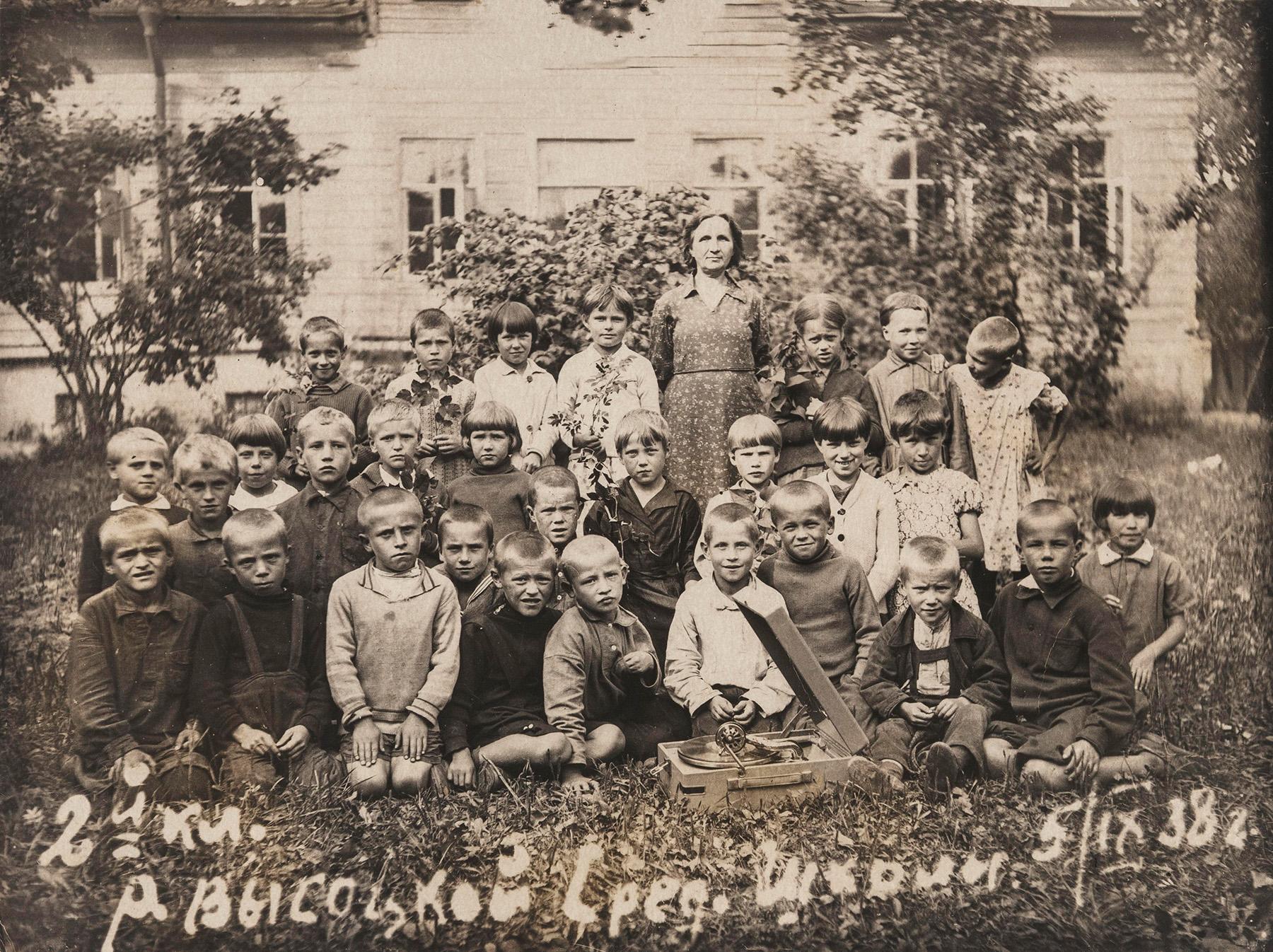 R. Vysotskojen keskikoulun toisen luokan luokkakuva syyskuulta 1938. SKS KIA, Ella Ojalan arkisto. CC BY 4.0