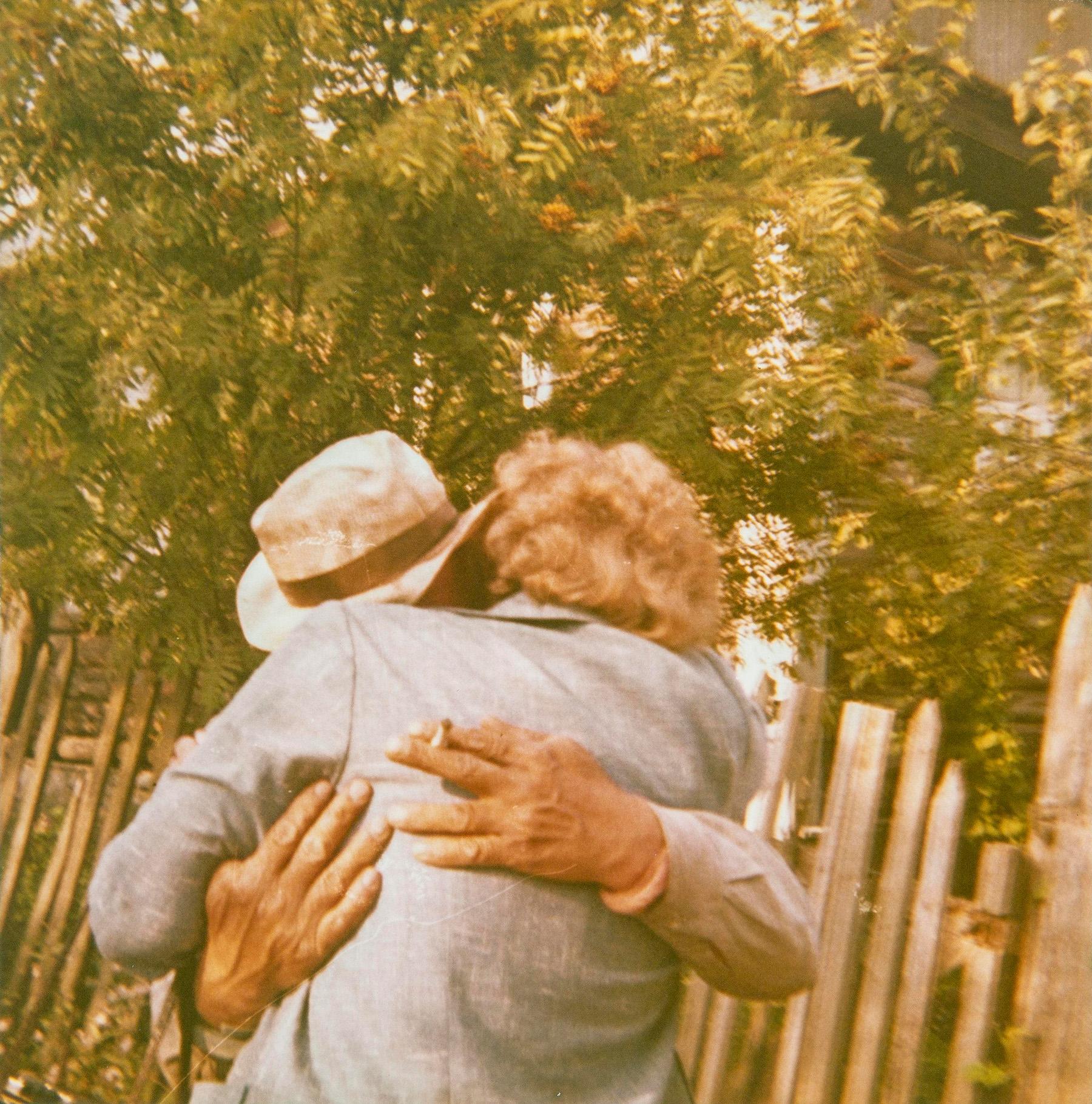 Sisarusten Antti Tarassun ja Maria Kuparin jälleennäkeminen elokuussa 1973 Korkan kylässä Neuvostoliitossa. SKS KIA, Maria Kuparin arkisto. CC BY 4.0