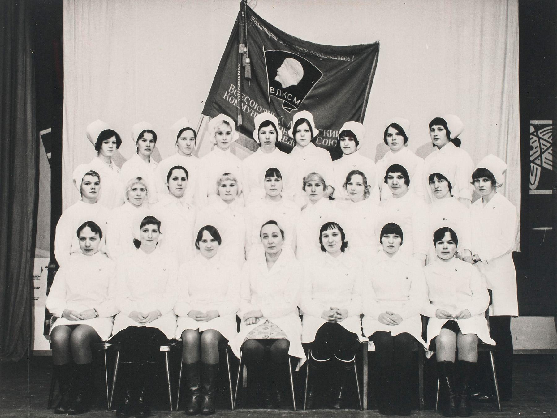 Ryhmäkuva Petroskoin lääketieteellisen opiston opiskelijoista. Edessä keskellä istuu opettaja Lilja Tatti. SKS KIA, Tatti-perheen arkisto. CC BY 4.0