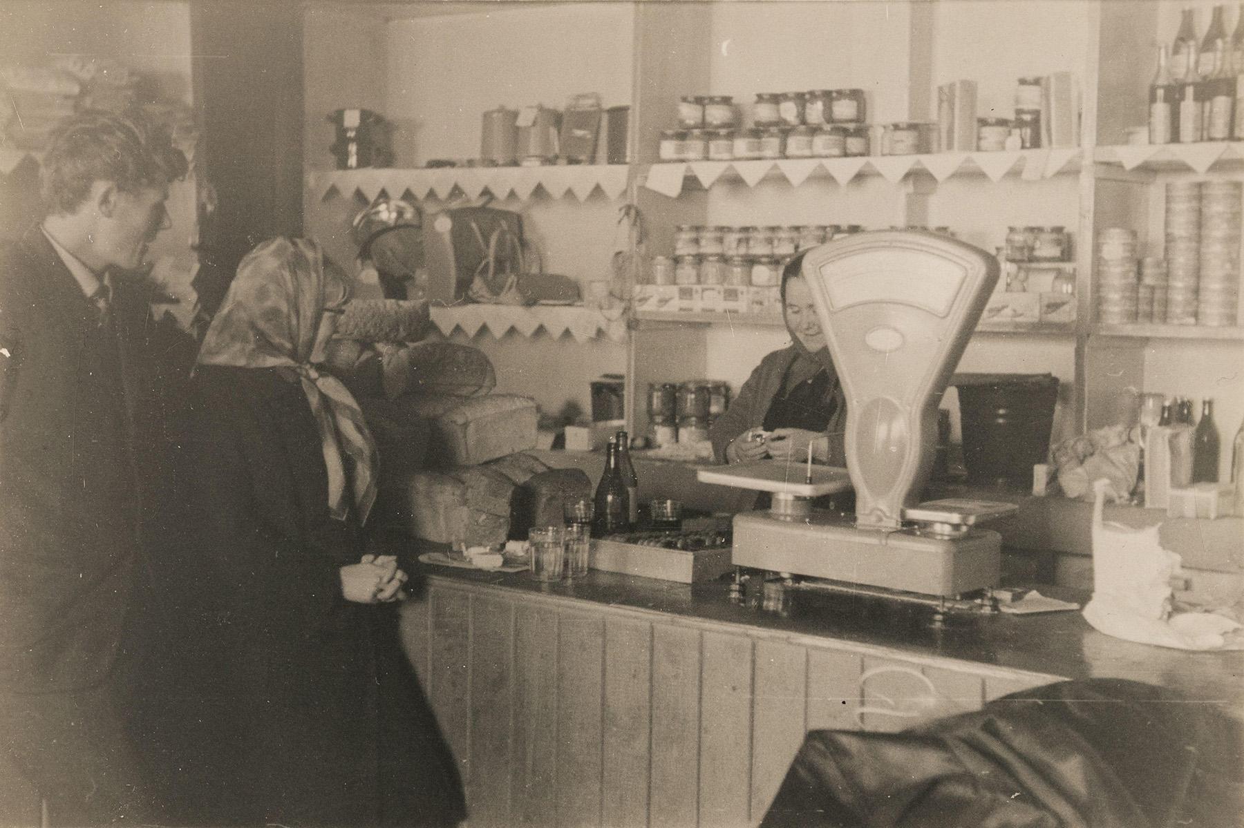 Mantsinsaaren kyläkauppa vuonna 1966. SKS KIA, Malkki-perheen arkisto. CC BY 4.0
