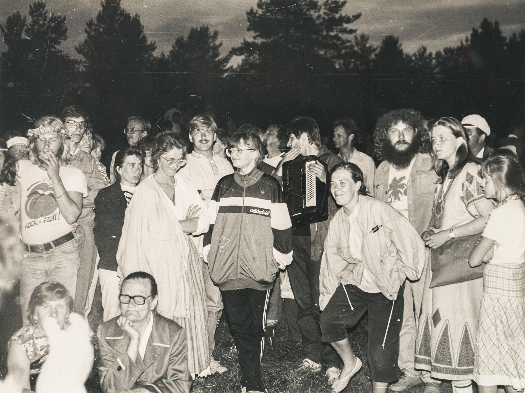 Väkeä inkeriläisten kesäjuhlilla vuonna 1990. SKS KIA, Malkki-perheen arkisto. CC BY 4.0