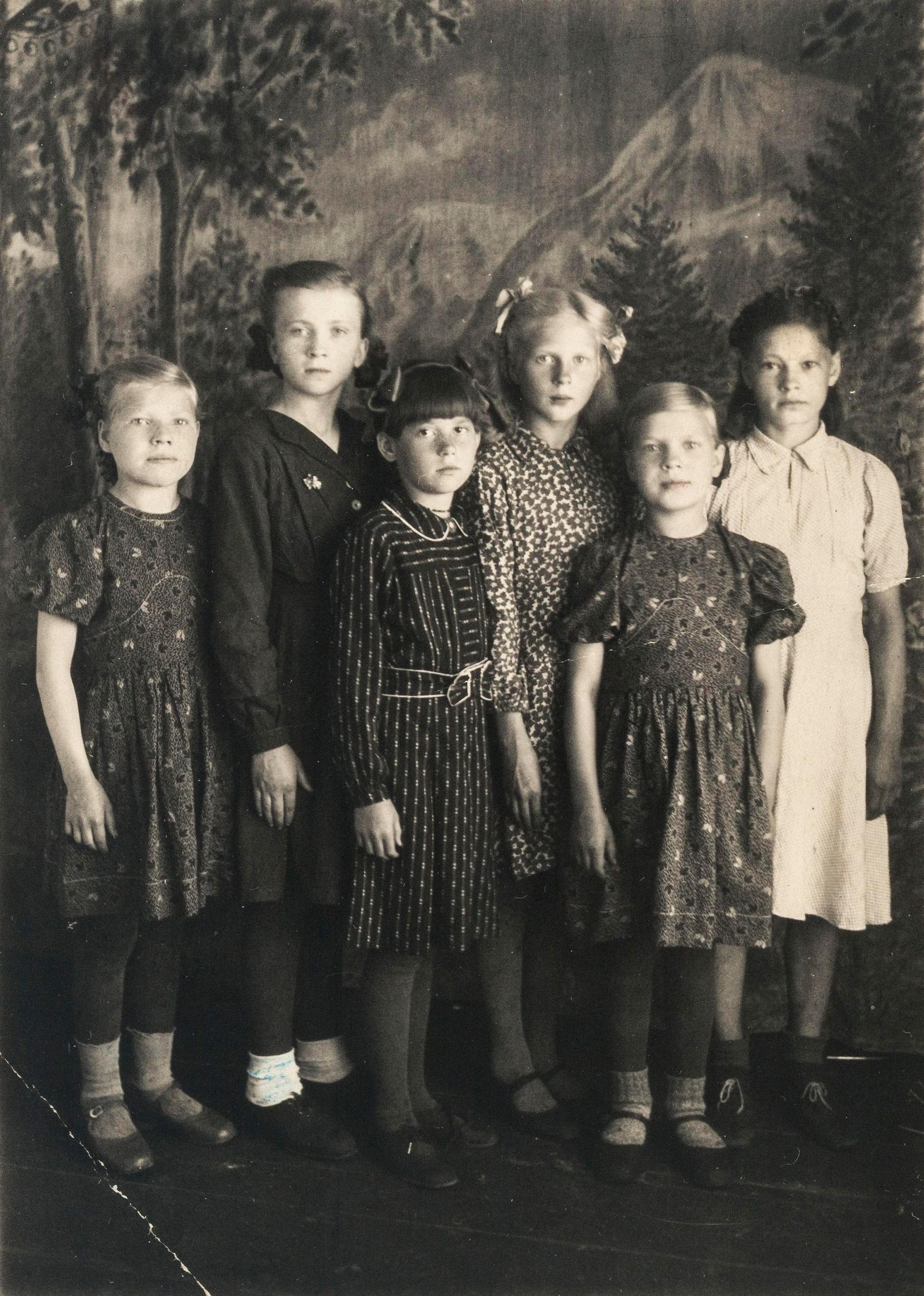 11-vuotias Helmi Vatka (kolmas vasemmalta) kuvattu ystäviensä kanssa Dudinkassa vuonna 1949. SKS KIA, Vatka-perheen arkisto. CC BY 4.0
