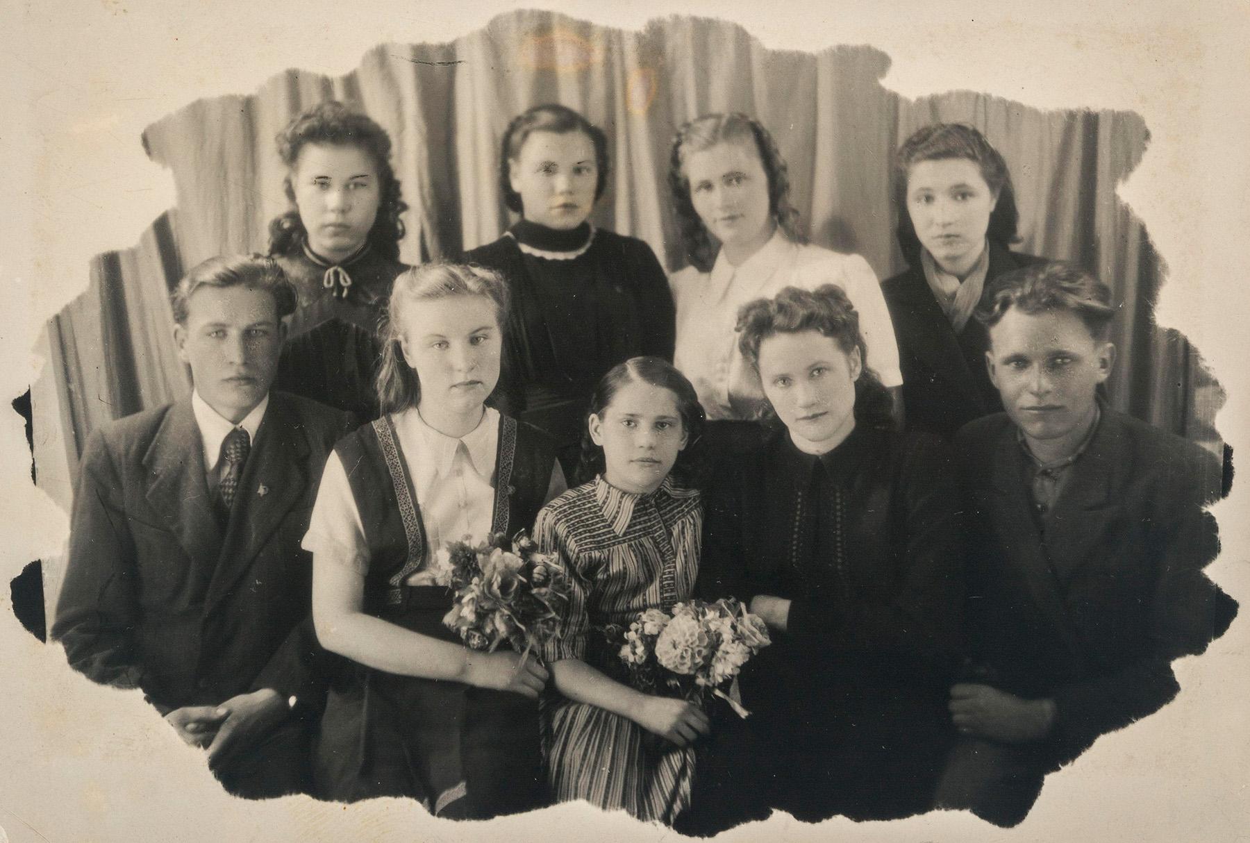 Iltakoulun 6. luokan luokkakuva, edessä keskellä Helmi Vatka. SKS KIA, Vatka-perheen arkisto. CC BY 4.0