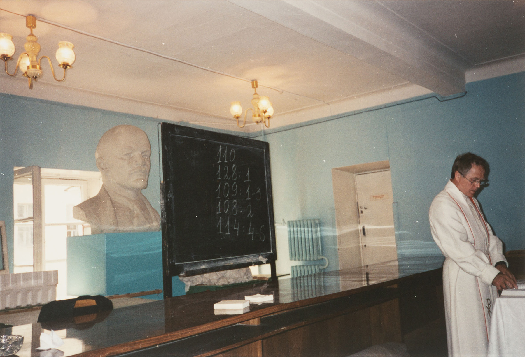 Jumalanpalvelus Pietarin Pyhän Marian kirkossa toukokuussa 1993. Kuvaaja Aino Malkki. SKS KIA, Berklund-perheen arkisto. CC BY 4.0