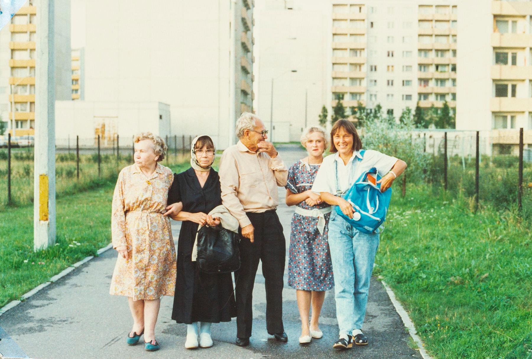 Kuvassa Suomeen asettunut Nina Excell (o.s. Rikkinen, toinen vasemmalla), tyttärensä kanssa (oikealla) tapaamassa Neuvostoliiton puolelle jääneitä sisaruksiaan ja veljenlastaan Tallinnassa vuonna 1988. SKS KIA, Rikkinen-suvun arkisto. CC BY 4.0