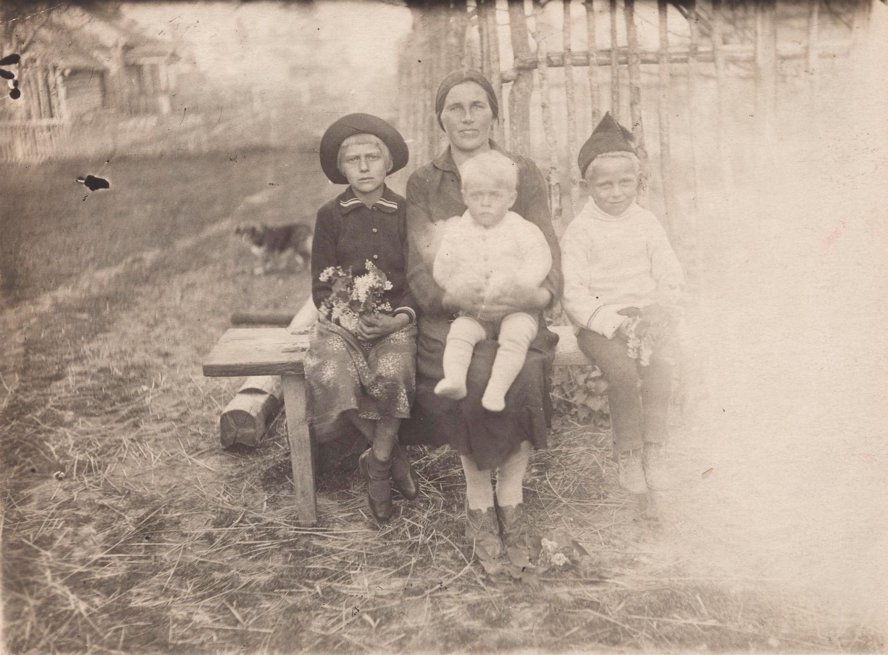 Katri-äiti lapsineen, kuvattu oletettavasti Suomessa toisen maailmansodan aikaan. Valentina istuu kuvassa äitinsä sylissä. SKS KIA, Valentina Siiben arkisto. CC BY 4.0