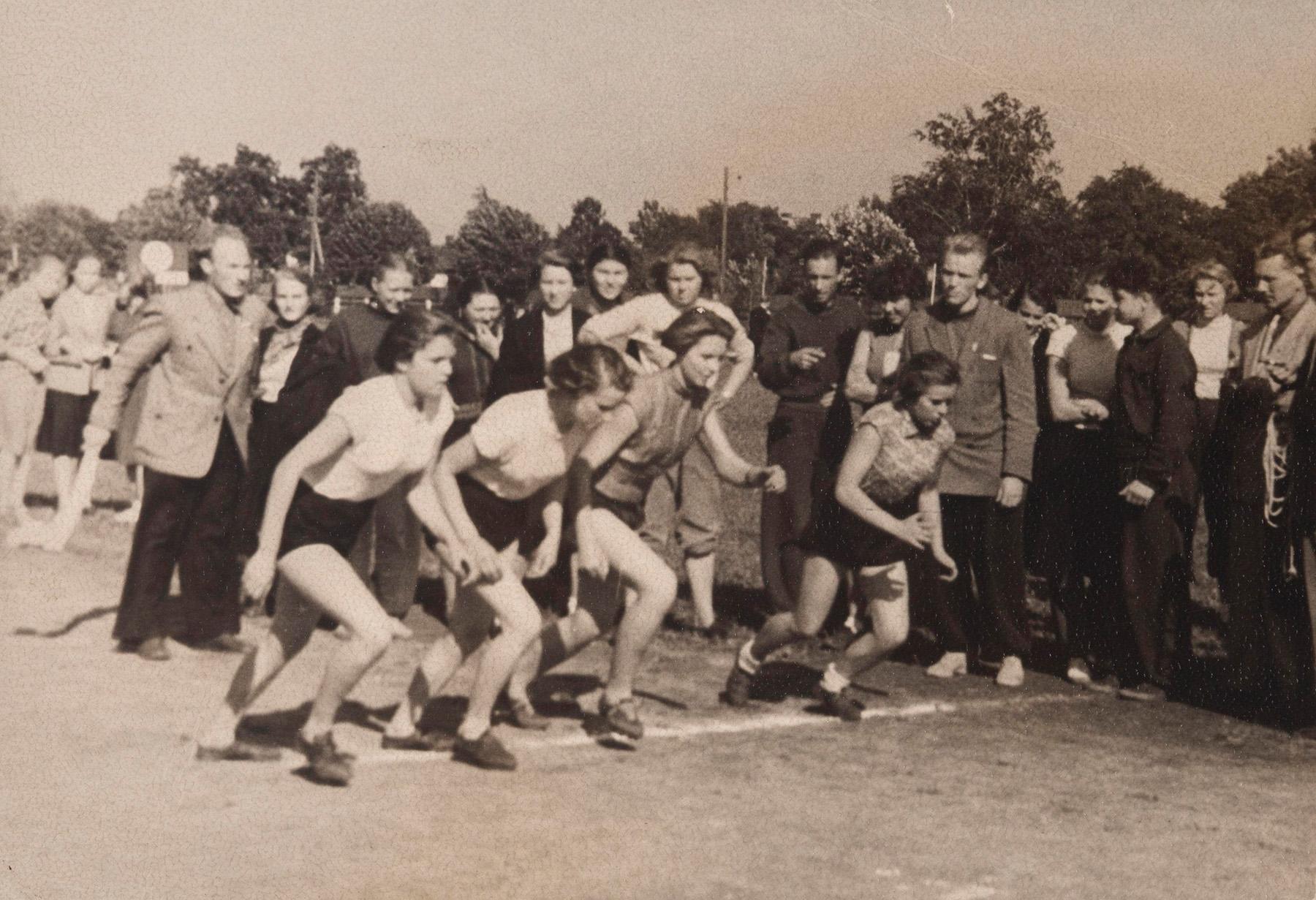 Valentina Kekki tyttöjen pitkän matkan juoksukilpailussa. Valentina on ensimmäinen juoksija oikealta. Kuvattu arviolta 1950-luvulla Lüganuksella. SKS KIA, Valentina Siiben arkisto. CC BY 4.0