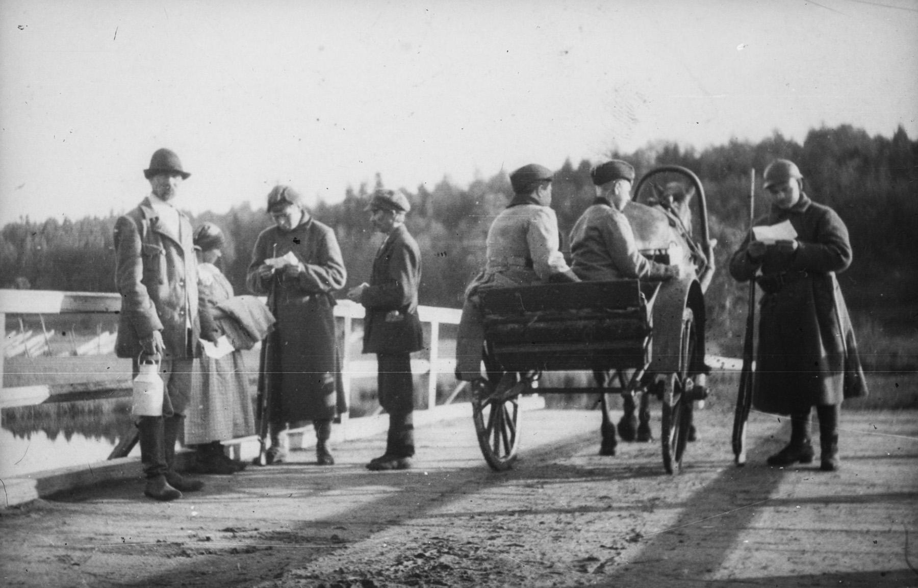 Kirjasalossa asui hieman yli 400 siviiliasukasta. Kirjasalon ja Suomen rajalla, josta tämä kuva on otettu 15.9.1920, vaadittiin rajan ylittäviltä henkilöllisyystodistus. Inkeriläisten sivistyssäätiön kokoelma, kuva 2352. CC BY 4.0
