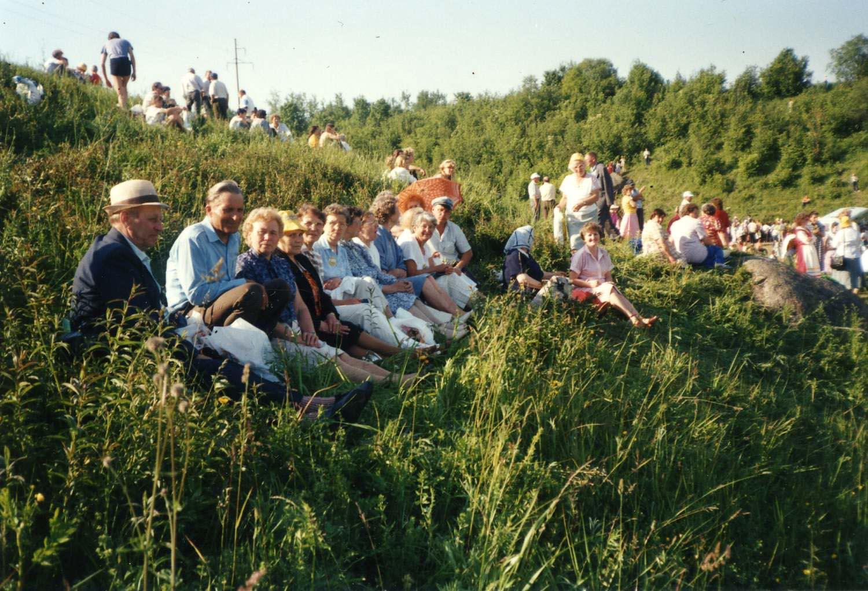 Juhannus Tuutarissa 1990. Kuva Lilja Aaltonen. SKS KIA, Albert Kirjasen arkisto. CC BY 4.0