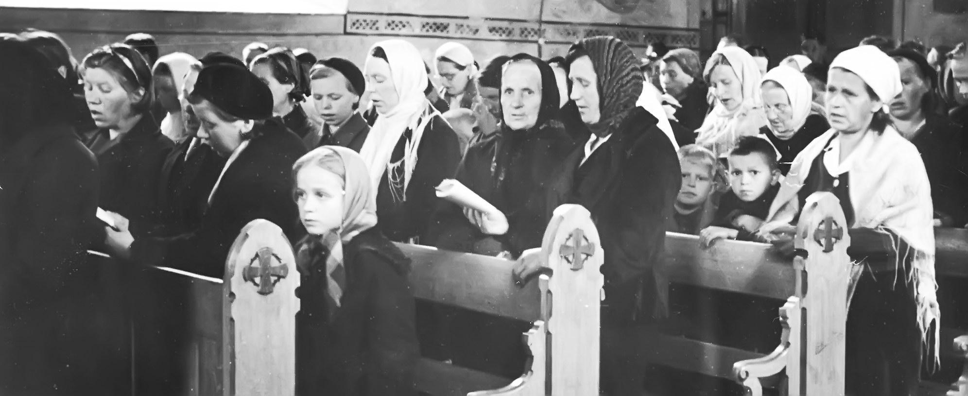 Inkeriläisiä pakolaisia Suomessa. Konfirmaatio Lohjan kirkossa 1942. Inkeriläisten sivistyssäätiön kuvakokoelma, kuva 600. CC BY 4.0