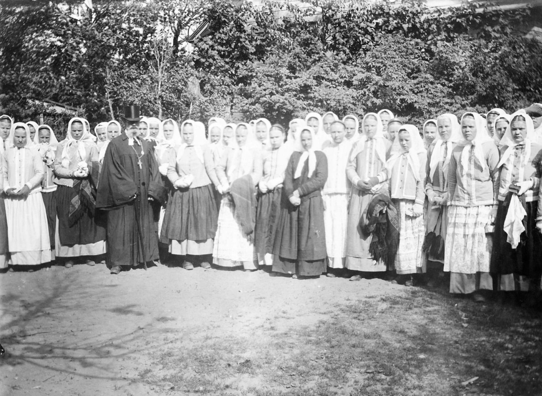 Rippikoulutyttöjä, Tuutari noin 1890–1900. Inkeriläisten sivistyssäätiön kuvakokoelma, kuva 905. CC BY 4.0