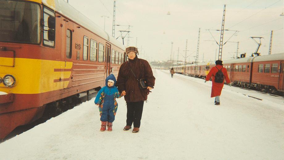 Viola Heistonen lapsenlapsensa kanssa Helsingin rautatieaseman laiturilla. Kuva otettu noin vuonna 1995. SKS KIA, Heistonen-suvun arkisto. CC BY 4.0
