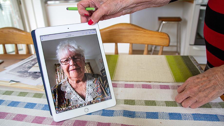 Lempi Mörsky esittelee kuvaansa tabletilta, kotonaan Ruotsissa syyskuussa 2019. Kuva Meeri Siukonen. SKS KIA, Lempi Mörskyn arkisto. CC BY 4.0