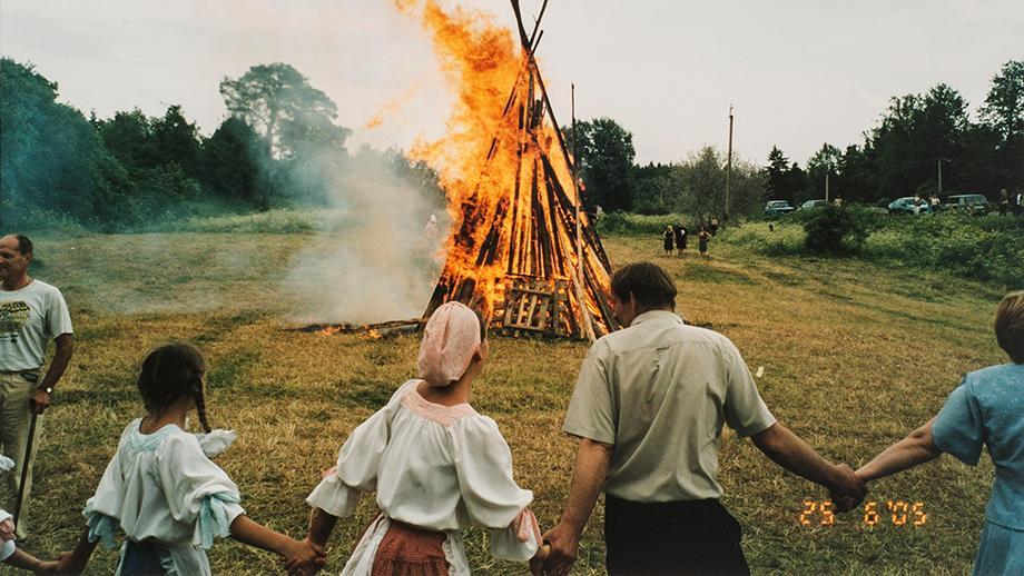 Ihmisiä tanssimassa juhannuskokon ympärillä inkeriläisten kesäjuhlilla Skuoritsassa 25.6.2005. SKS KIA, Albert Kirjasen arkisto. CC BY 4.0