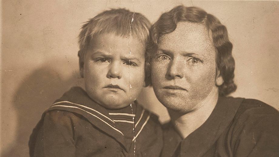 Rintakuva Albert Kirjasesta pienenä lapsena äitinsä Annan kanssa. SKS KIA, Albert Kirjasen arkisto. CC BY 4.0