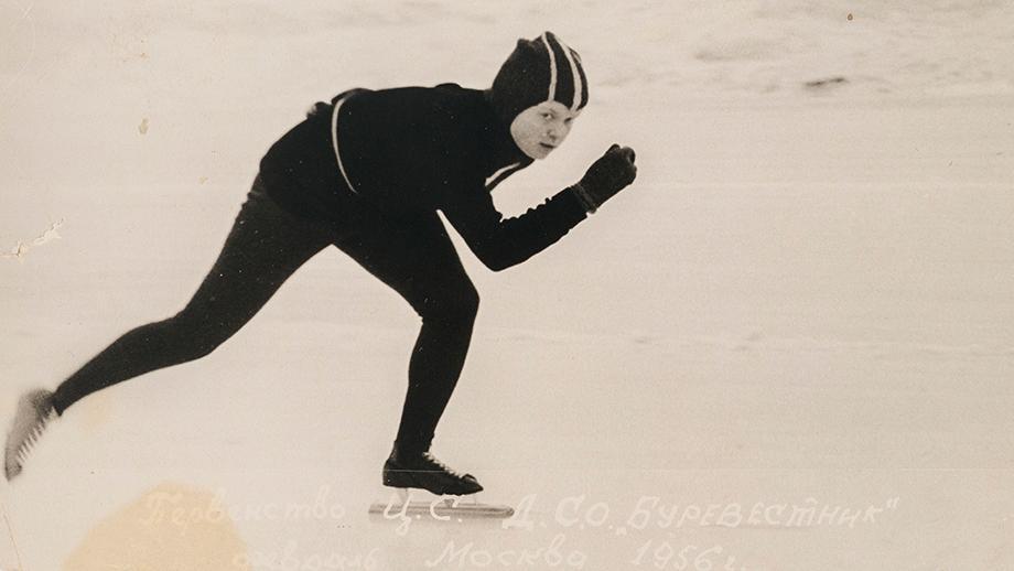 Kuva Viola Heistosesta pikaluistelemassa Dynamo-stadionilla Moskovassa, talvella 1956. SKS KIA, Heistonen-suku arkisto CC BY 4.0