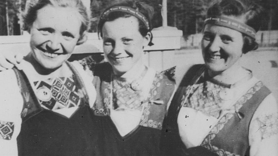 Naisia Tuutarin puvuissaan. Inkeriläisten sivistyssäätiön kuvakokoelma, kuva 2405. CC BY 4.0