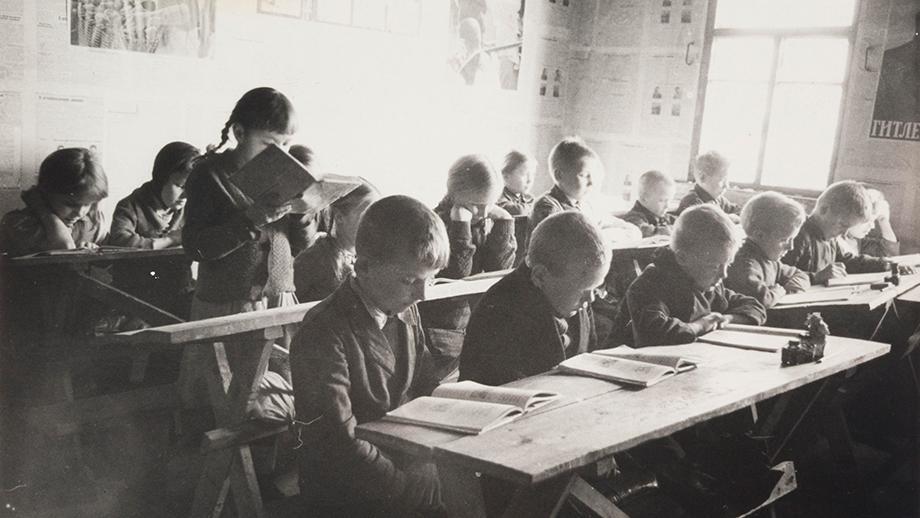 Koulunkäyntiä Inkerissä saksalaismiehityksen aikaan 1940-luvulla. Kuva Antti Hämäläinen. SKS KRA, Antti Hämäläisen kuvakokoelma. CC BY 4.0