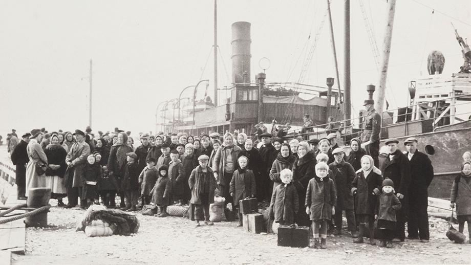 Suomi-laiva tuo inkeriläisiä pakolaisia Hangon satamaan vuonna 1943. SKS KRA, Antti Hämäläisen kokoelma. CC BY 4.0