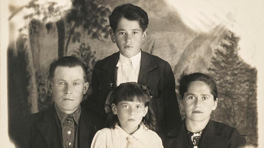 Rintakuva Mikko, Vilho, Helmi ja Liisa Vatkasta 1940-luvulla, Dudinkassa. SKS KIA, Vatka-perheen arkisto. CC BY 4.0