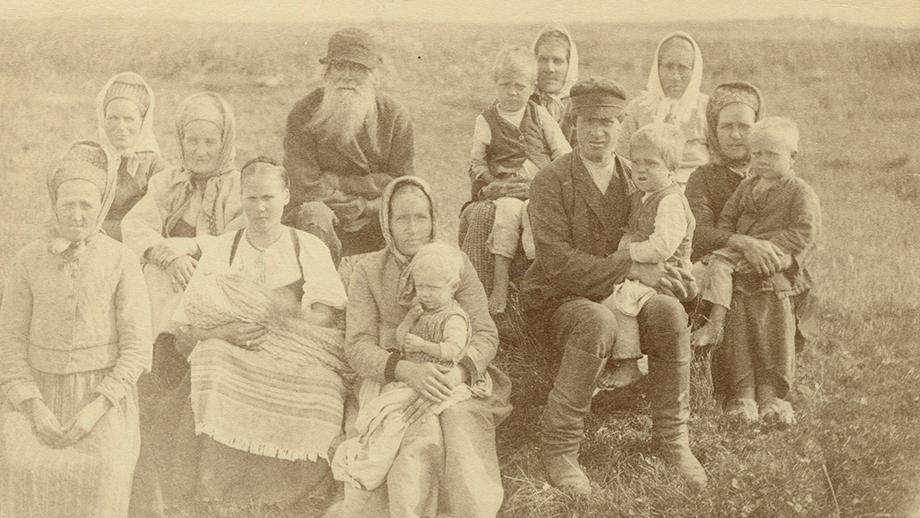 Larin Paraske lasten ja sukulaisten seurassa, Metsäpirtti, Vaskela 1892. SKS KRA, Adolf Alarik Neoviuksen kokoelma. CC BY 4.0