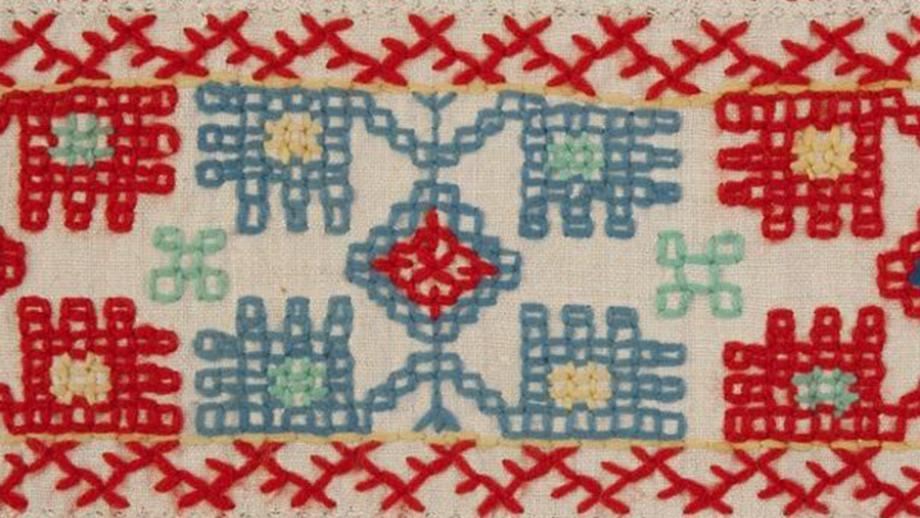 Yksityiskohta Vihtori Alavan Kansallismuseolle vuonna 1892 lahjoittamasta vaarnikkesta eli inkerikkojen kirjaillusta liinasta, joita käytettiin koristeina ikkunanpielissä. SU4524:89. Museovirasto. CC BY 4.0