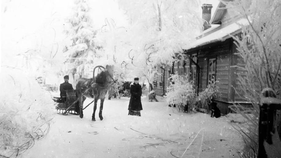 Talvinen kuva, jossa hevosreki ja ohjastaja, sekä sen vieressä seisova nainen. Inkeriläisten sivistyssäätiön kuvakokoelma, kuva 914. CC BY 4.0