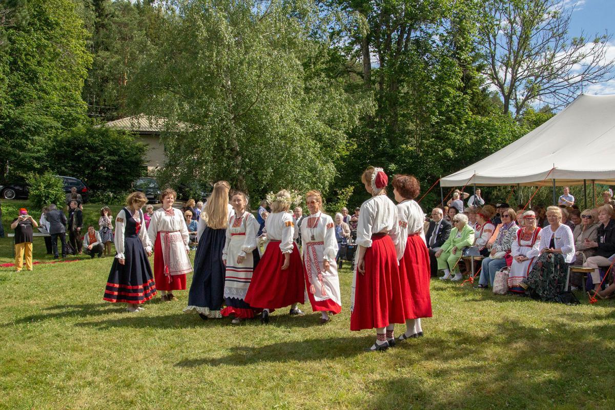 Pietarilainen tanssiryhmä esiintymässä Suomen Inkeri-liiton kesäjuhlilla Paimiossa heinäkuussa 2019. Kuvaaja Meeri Siukonen. SKS KIA. CC BY 4.0