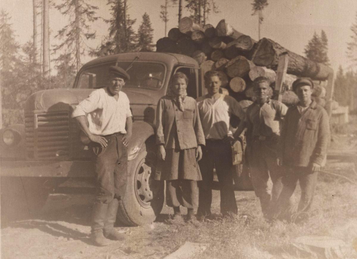 Inkeriläisiä työläisiä metsätyömaalla Karjalassa. Kuva on otettu noin vuonna 1950 Paatastissa, joka sijaitsee 50 kilometriä Petroskoista pohjoiseen. SKS KIA, Aino Merosen arkisto. SKS. CC BY 4.0