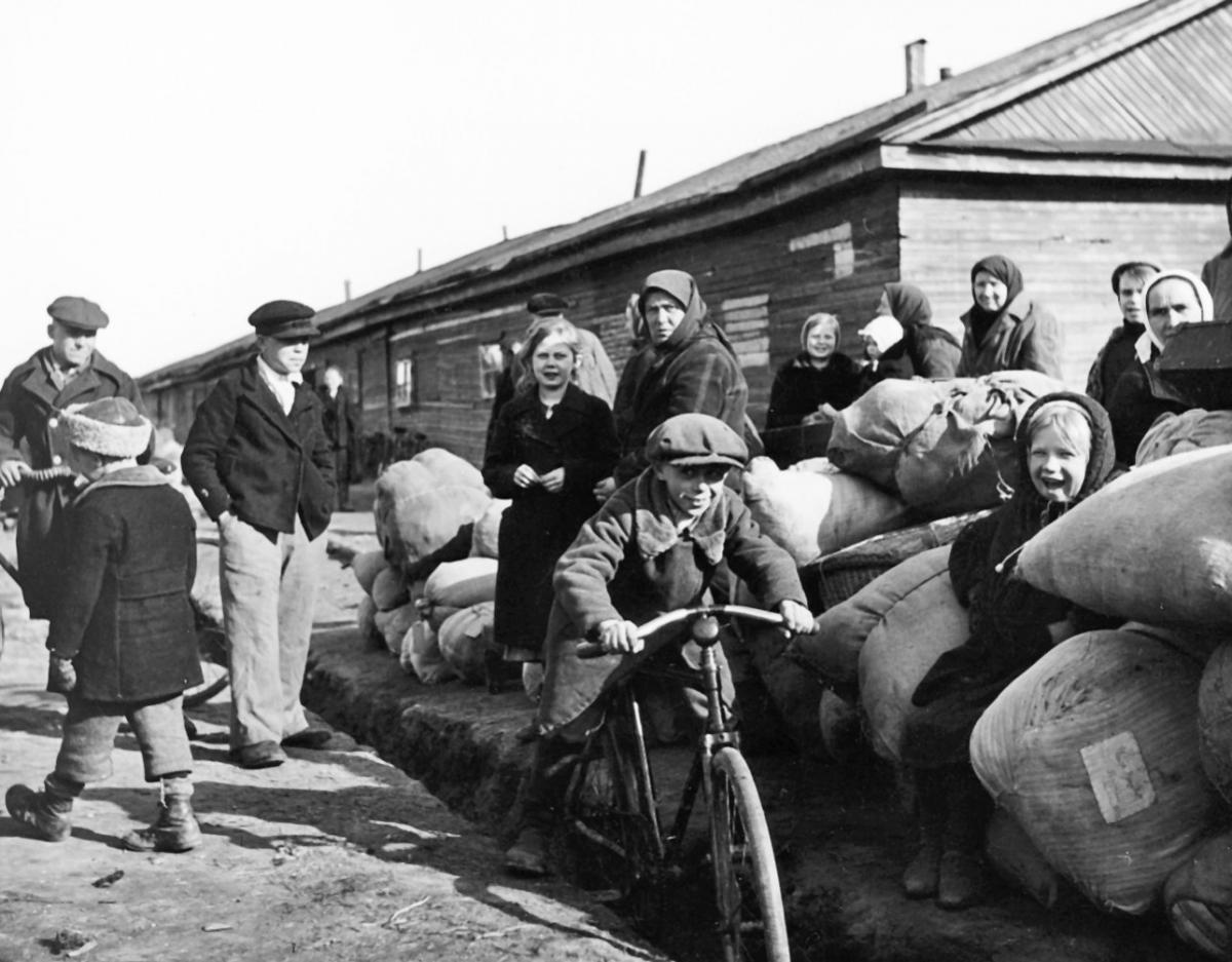 Inkeriläisiä pakolaisia odottamassa siirtoa Suomeen. Inkeriläisten sivistyssäätiön kokoelma, kuva 521. CC BY 4.0