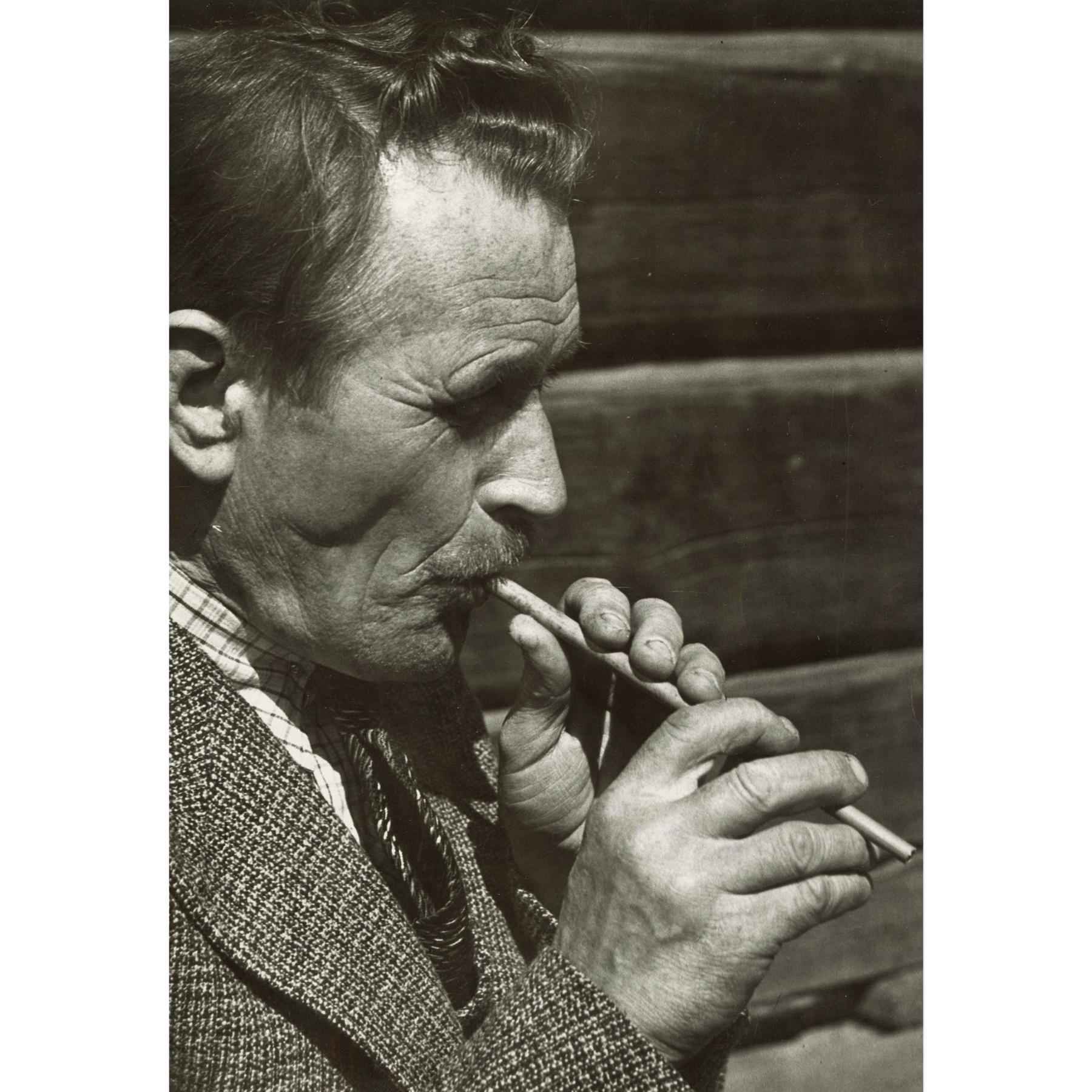 Teppo Repo soittaa olkipilliä. Kuvattu Helsingissä vuonna 1937, kuvaajana Pekka Kyytinen. Kuva SKS KRA. CC BY 4.0