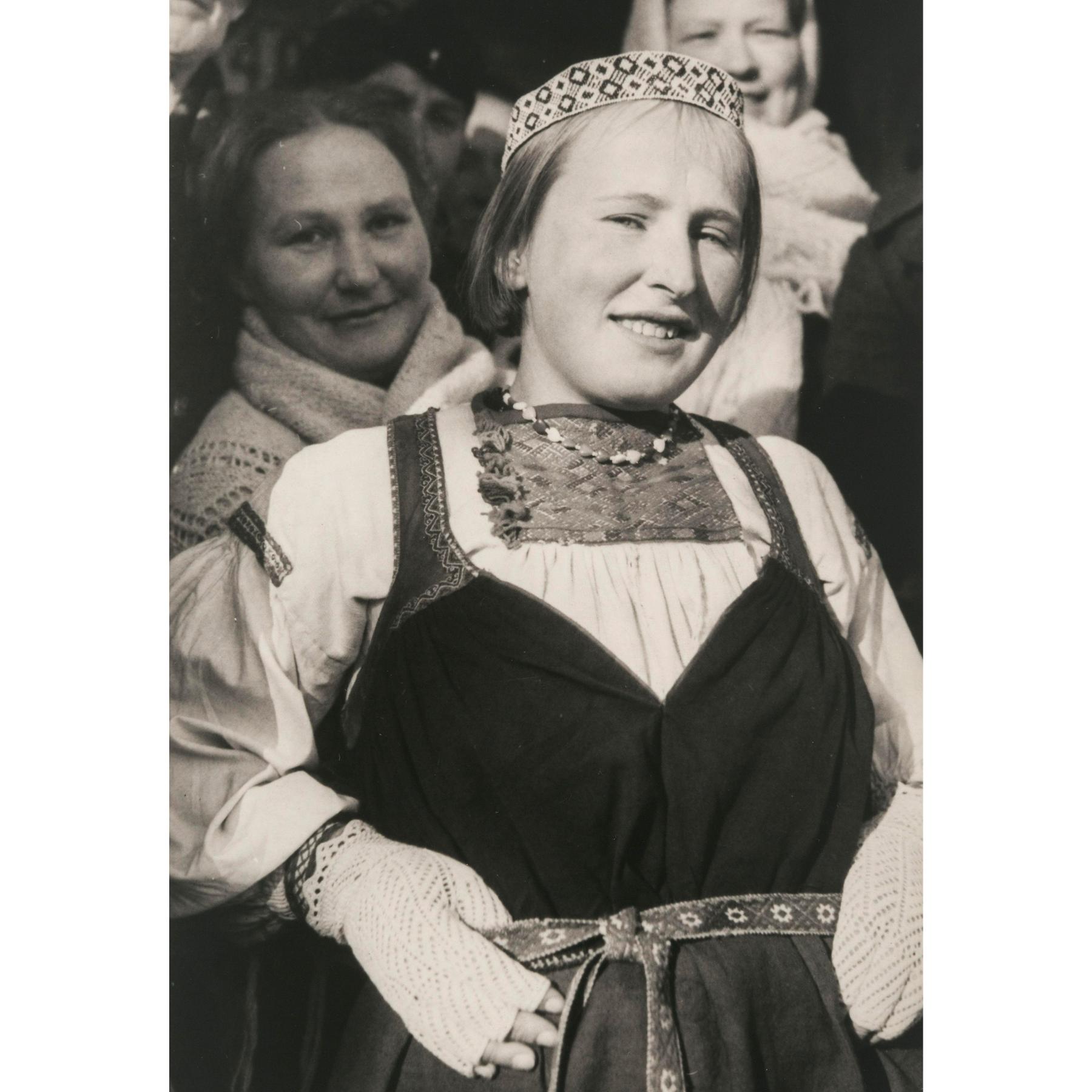 Nuori nainen Tuutarin puvussa. Kuvattu Inkerissä 1940-luvulla. Kuva Antti Hämäläinen. SKS KRA, Antti Hämäläisen kuvakokoelma. CC BY 4.0