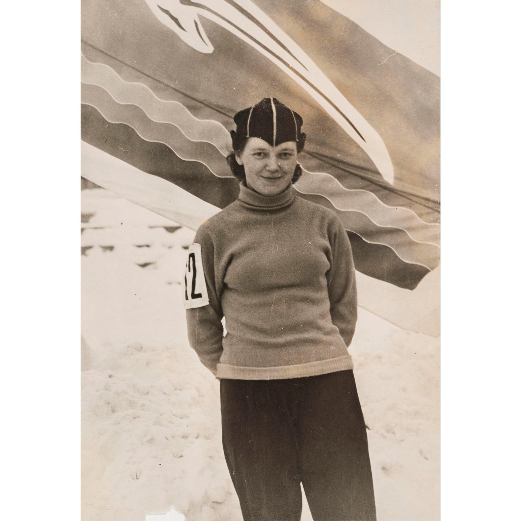 Pikaluistelukilpailun voittaja Viola uhreiluseura Burevestnikin (suom. Myrskylintu) lipun alla vuonna 1959 Jaroslavlissa. SKS KIA, Heistonen-suvun arkisto. CC BY 4.0